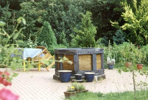 Brunnen aus alten Fachwerkbalken gebaut