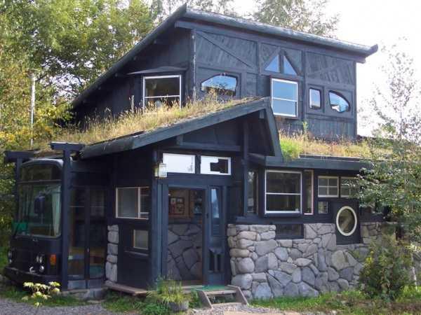 Das Haus aus recycelten Materialien bei Nach mit Terrasse vor dem Esszimmer