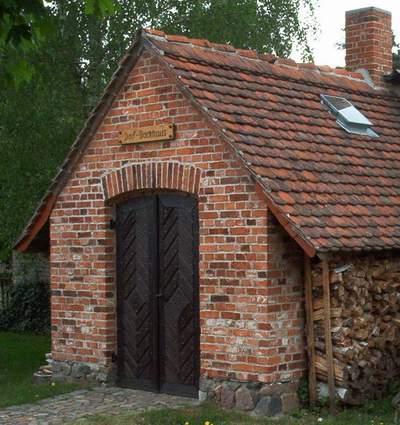 Alte Mauerziegel für die Erstellung eines Backhauses