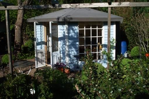 Pavillon aus alten Brettern,Fenster und Terrassentür gebaut