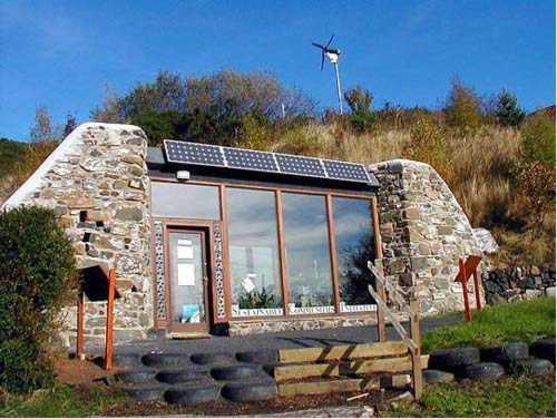Haus aus recycelten Materialien   Der Bereich über dem Wohnzimmer besitzt Löcher in der Decke für natürliches Licht