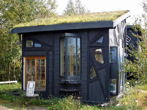 Das Haus besitzt ein interessantes Dach Design mit Feuerstelle