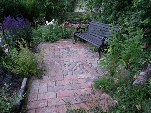 Sitzplatz im Garten aus Steinmix