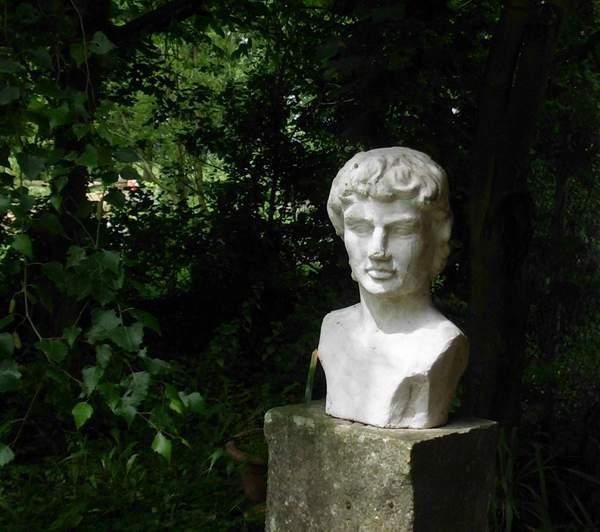 Eine Büste im Garten