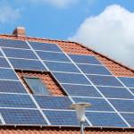 Solaranlage auf dem Dach eines Wohnhauses