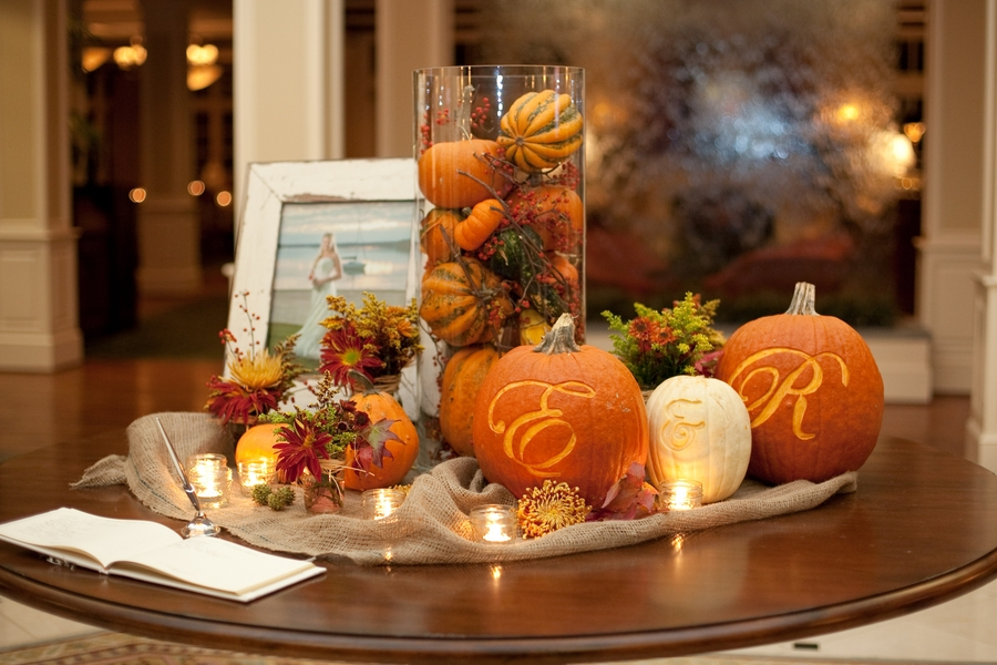 Herbstdekorationen mit Gläsern und Flaschen