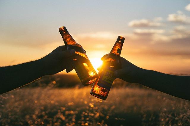 Hände mit Bierflaschen