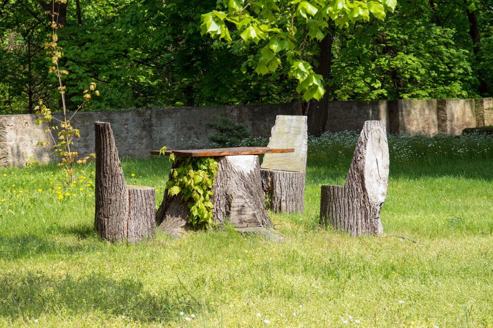 Sitzgruppe aus Holzstämme