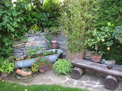 Zinkbadewanne in einer Gartenecke