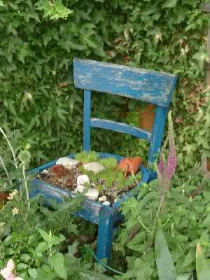 Alter Stuhl mit Blumendekoration