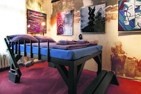 Bett aus Altholz