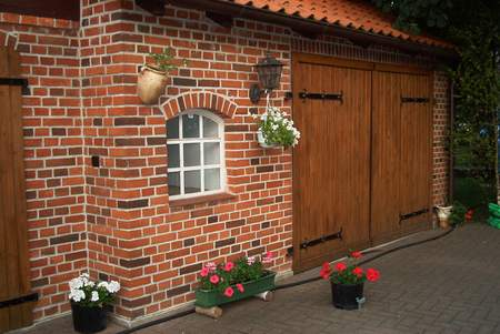 Garage aus alten Baumaterialien