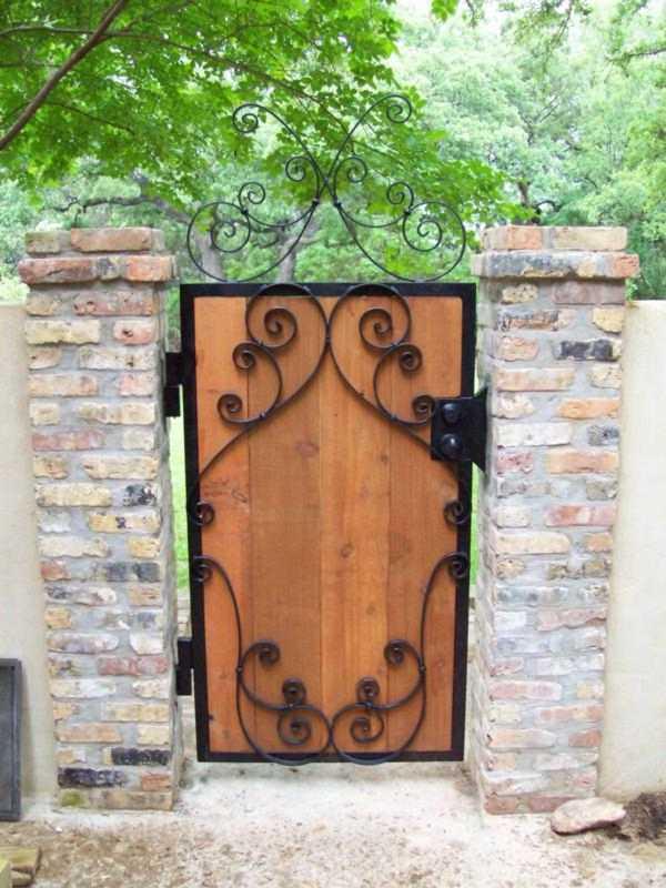 Gartentür aus alten Baumaterialien