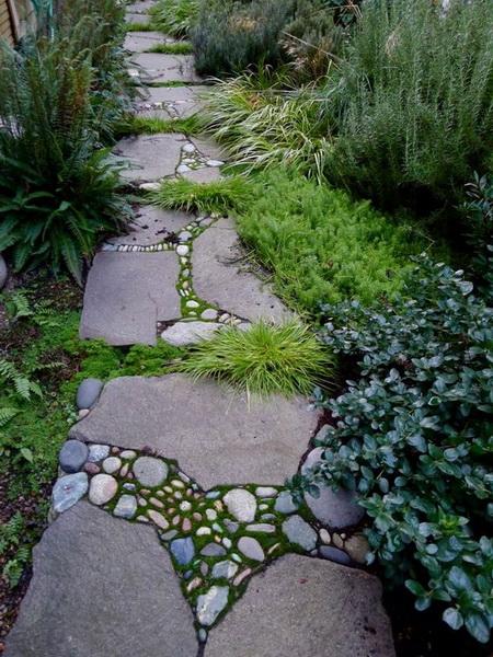 Gartenweg aus Holz und Kieselsteinen