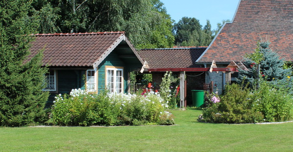 Holzlaube im Garten