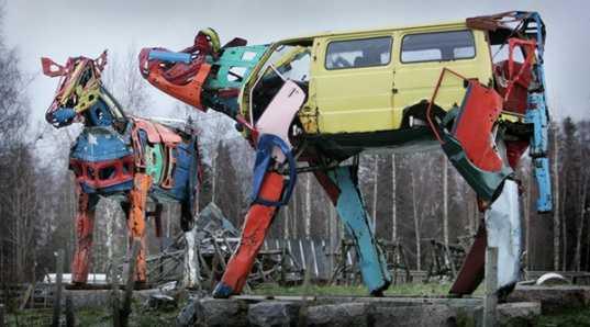 Kuh Skulptur aus Autoteilen - Bild von Miina Äkkijyrkkä