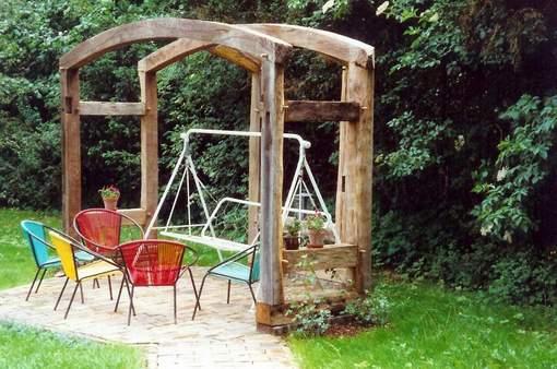 Pergola aus alten Fachwerkbalken gebaut