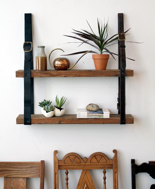 Regal aus Lederriemen und Holz