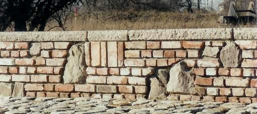 Ruinenmauer aus alten Baumaterialien