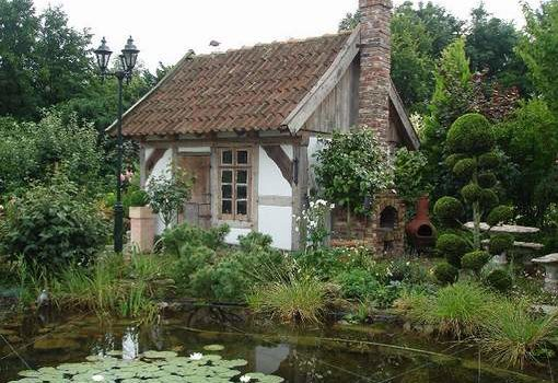 Gartenhaus aus alten Baumaterialien