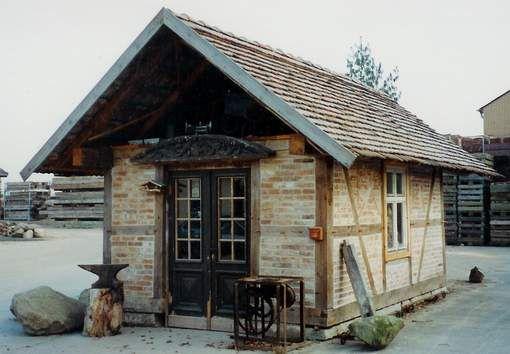 Laube aus alten Baumaterialien