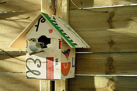 Vogelhaus aus Obstkiste gebaut