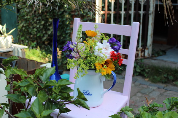 Stuhl mit Vase