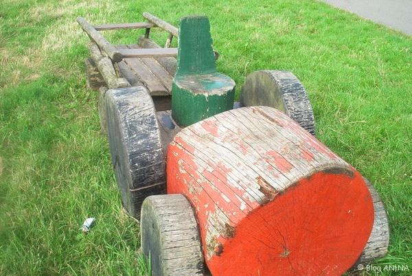 Holztraktor für Kinder im Garten