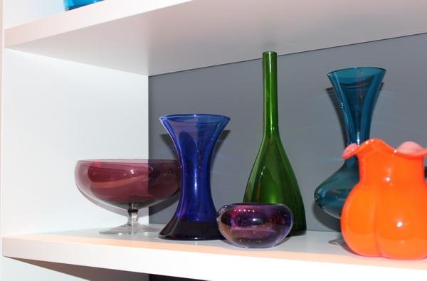 Regal mit Vasen