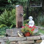 Brunnen aus Altmaterialien