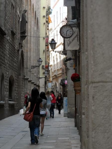 Bacelona - Innenstadt Kleine Gasse mit Geschäften
