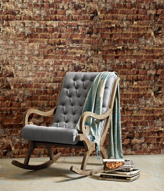 Sessel vor einer Ziegelwand