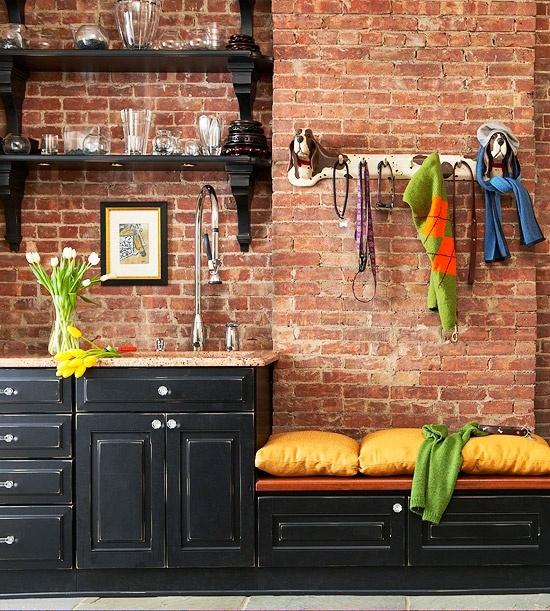 Ziegelwand in der Küche im Kontrast mit schwarzen Möbeln