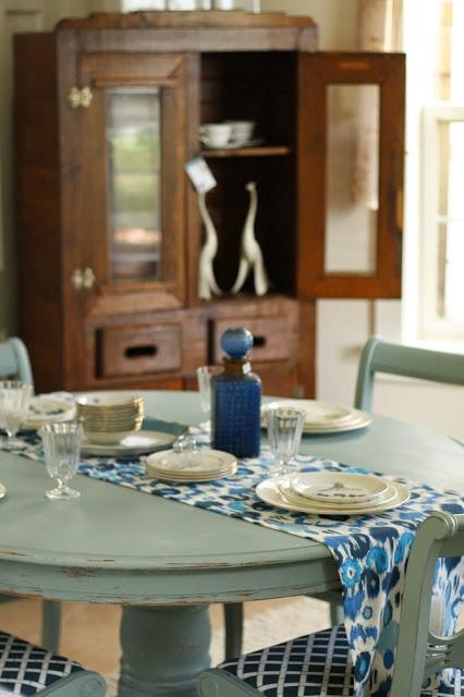 Eine blaue Tischkombination