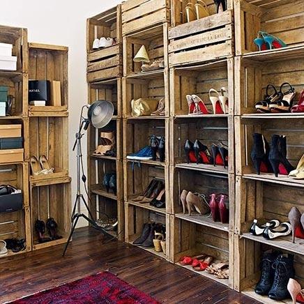 Schuhregal aus alten Kisten