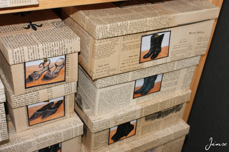 Kartons mit Buchblätter beklebt -