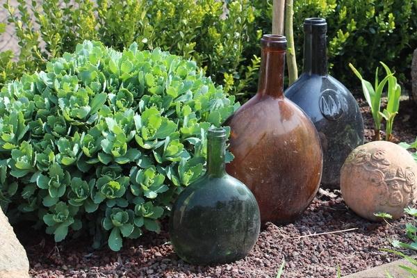 Beet mit Flaschen