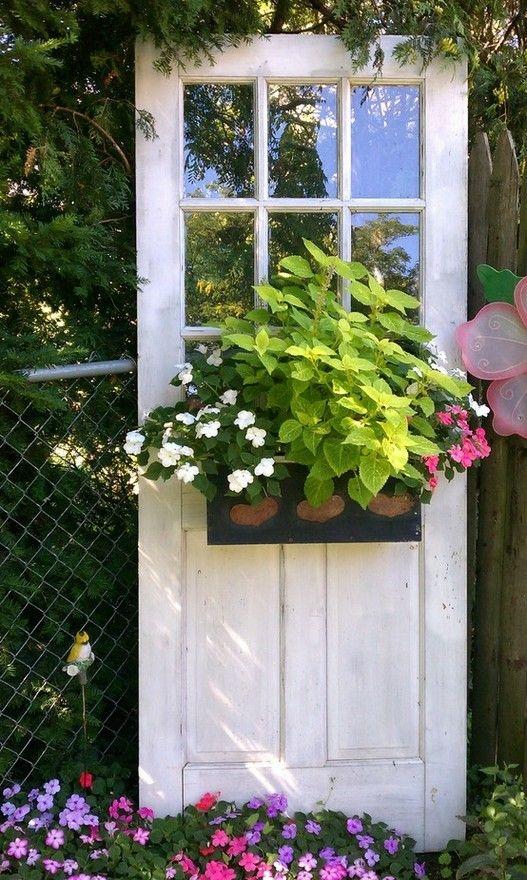 Alte Sprossentür mit Blumen