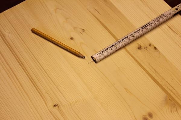Brett mit Zollstock und Bleistift