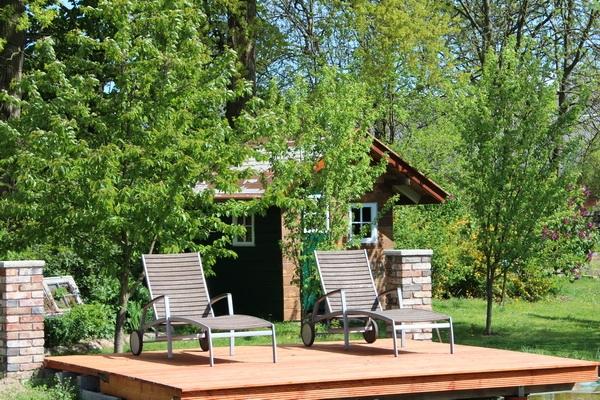 Gartenhaus und Holzdeck