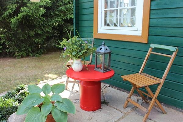 Sitzplatz vor dem Gartenhaus