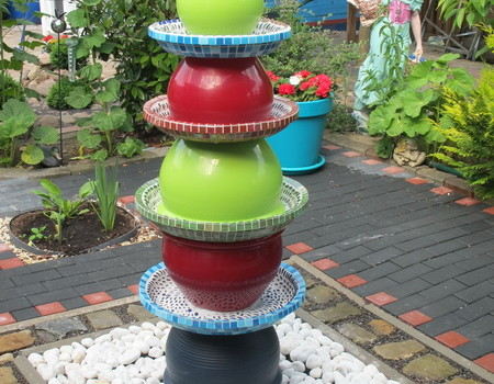Farbenfroher Brunnen