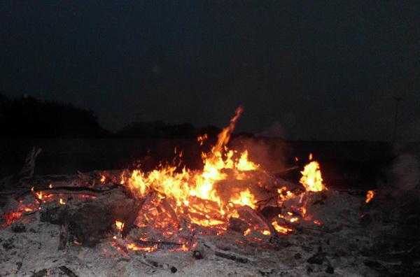 Lagerfeuer in einem Garten