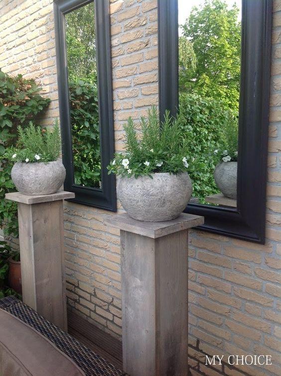 Spiegelpaar mit Holzsäulen