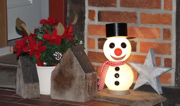 Schneemann am Hauseingang