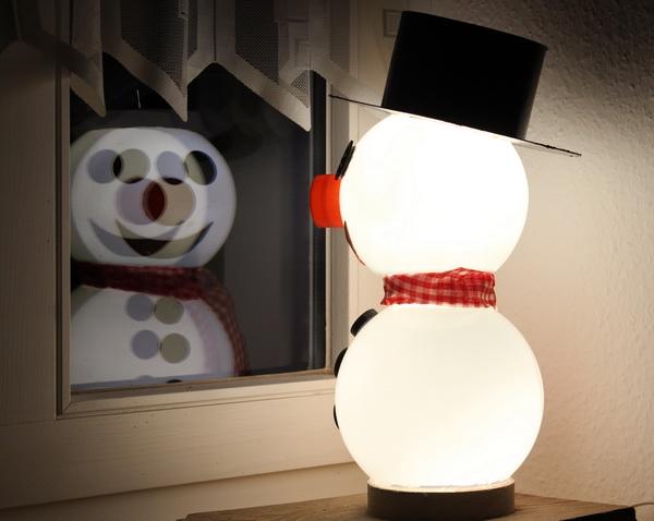 Beleuchteter Schneemann aus alten Glaskugeln