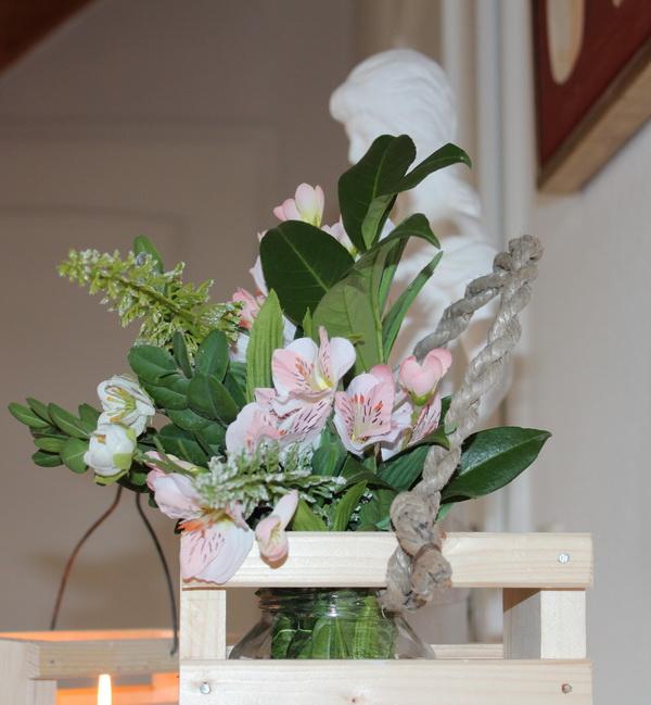 Windlicht - Holzkorb mit Blumen