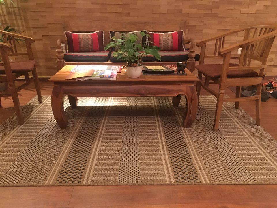 Coutchtisch auf Teppich