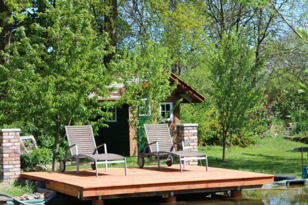 Gartenteich mit Holzhaus, Terrasse und Obstbäumen
