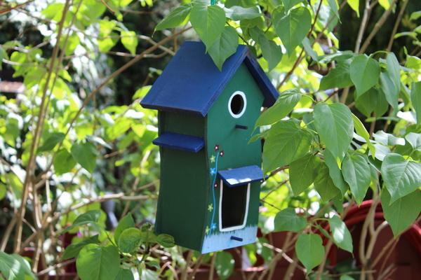 Buntes Vogelhaus aus Holz